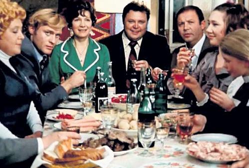 Перманентное застолье, продолжающееся с 31 декабря по 14 января, - непростое испытание для наших желудков (кадр из фильма «Старый новый год», 1980)