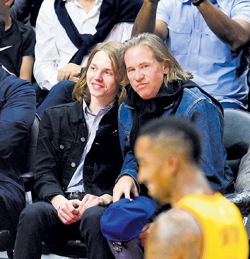 КИЛМЕР в последнее время постоянно кутал горло (с сыном Джеком на баскетболе)