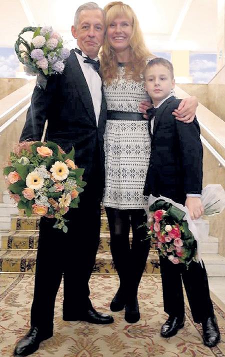 Прошлой осенью Александр БАСОВ женился в третий раз. Его избранницей стала актриса Юлия ЯНОВСКАЯ (на фото она со своим сыном Петей)