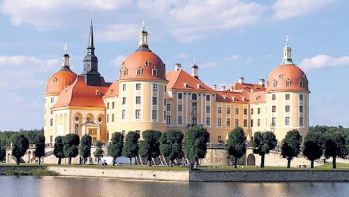 В замке Моритцбург ГИТЛЕР укрывался от бомбёжек