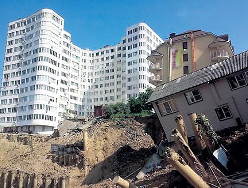 Оказалось, что по документам на месте огромного домины, из-за строительства которого случился обвал, должен находиться трёхэтажный коттедж. Фото: kratko-news.com