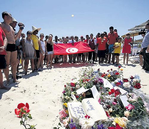 На месте гибели постояльцев гостиницы в Тунисе прошли траурные мероприятия