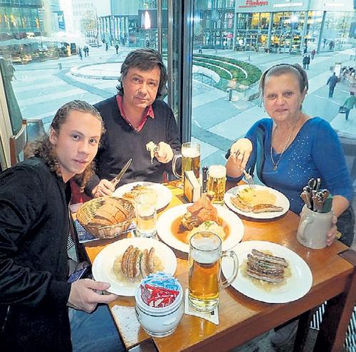 АСИМОВЫ часто устраивают семейные ужины. Фото: Facebook.com