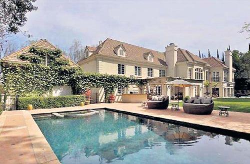 Площадь дома Аврил и Чеда во французском стиле 733 кв. м. В нём шесть спален и 7,5 ванных комнаты