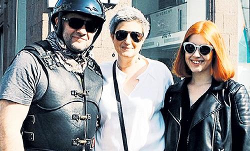 ПОРЕЧЕНКОВ уверен, что когда-нибудь Варя спродюсирует его фильм (в центре - бывшая жена актёра и мама девушки Екатерина). Фото: Instagram.com