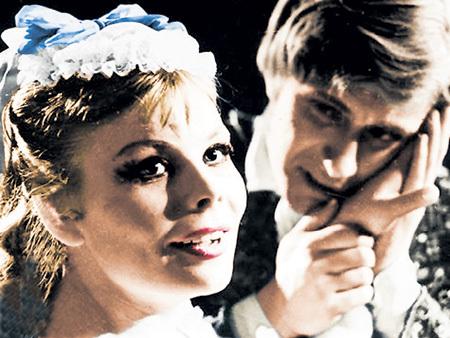 КОРНИЕНКО была партнёршей актёра больше десяти лет, но мадам МИРОНОВОЙ так и не стала (сцена из спектакля «Безумный день, или Женитьба Фигаро»)