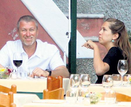 Денис КАЛМЫШ, шеф-повар и автор книги «Повар в «Гараже», рассказывал, что Даша ЖУКОВА очень любит чеснок и всегда просит побольше. Как дыхнёт после обеда на Абрамовича, что у того слёзы на глазах выступают!
