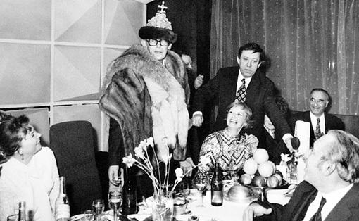 На банкет после премьеры «Ивана Васильевича...» Гайдай пришёл в костюме царя (1973 г.)...