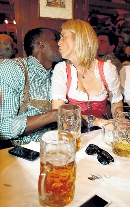 ...объяснял немецким блондинкам, что он чемпион не только на дорожке