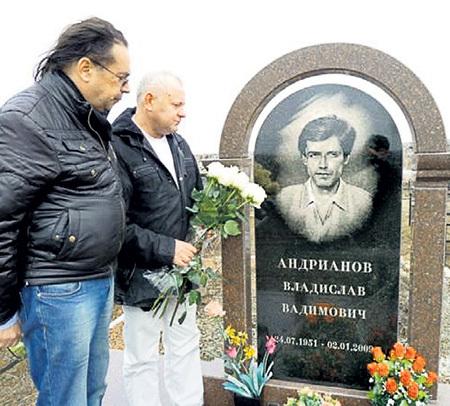 Александр КРЫСАНОВ и Владимир МИХАЙЛОВ на могиле друга