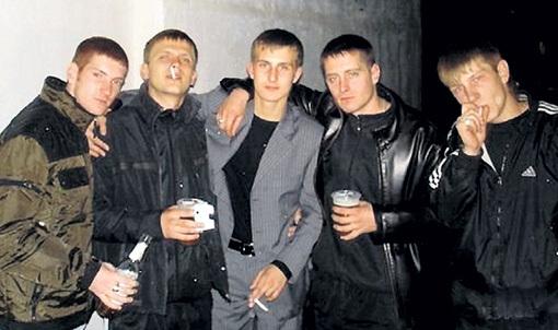 Родина ЛЕНИНА потихоньку возвращается в начало 90-х, когда на улице и шагу нельзя было ступить, чтобы не наткнуться на какую-нибудь молодёжную группировку. В условиях ухудшения экономической ситуации они будут становиться всё злее и наглее. Фото: Vk.com