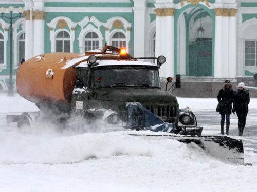 В Санкт-Петербурге при расчистке снежных завалов стараются обходиться без «химии» (Фото с сайта pribaikalye24.ru)