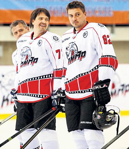 С Денисом МАТРОСОВЫМ, коллегой по хоккейной команде актёров «КомАр». Фото: Facebook.com