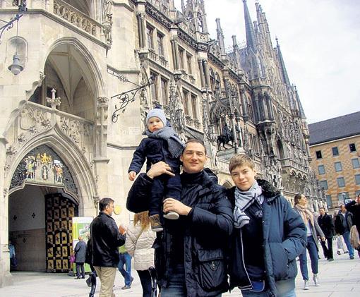 С сыновьями в Мюнхене (2013 г.). Фото: Ok.ru