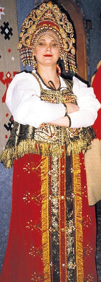 Мама Света в русском народном костюме