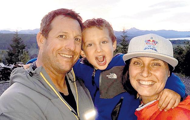 Люк угодил в сетку, как бабочка в сачок, и тут же побежал обниматься с семьёй. Фото: Instagram.com