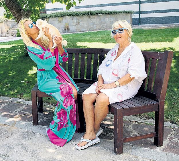 Бусинка сейчас живёт с Александрой Ивановной. Лера видится с ней нечасто, поэтому так и зацеловывает