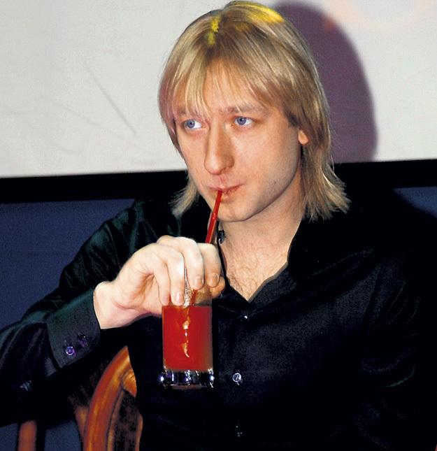 Наверняка фигурист ПЛЮЩЕНКО в курсе, что в томатном соке содержится омолаживающее вещество ликопин. А ещё он считается самым диетическим, поэтому такой напиток любят спортсмены