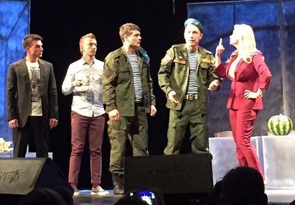 Сцена из спектакля «День ВДВ». Семенович крайняя справа. Фото: инстаграм