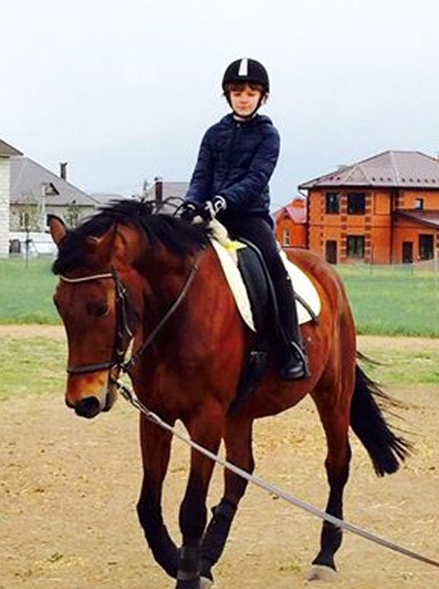 ...девочка занималась конным спортом, побеждала в конкурсах чтецов, отлично училась. Да и отдыхать ездила только с бабушкой