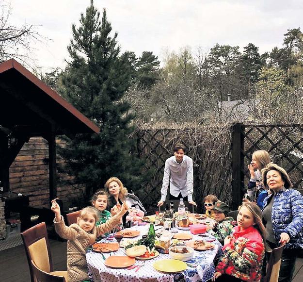 Дети и многочисленная родня СОЛОВЬЁВА во дворе его загородного дома на семейном торжестве. Фото: Instagram.com/polinasolovieva