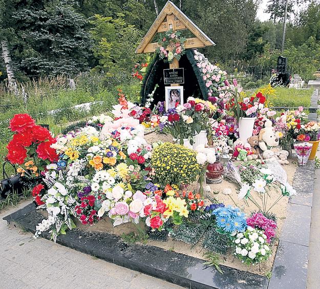 Так могила певицы выглядела в прошлом году