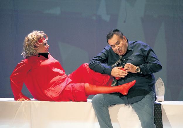 Стас бережно сделал Ольге БОГДАНОВОЙ массаж ступней