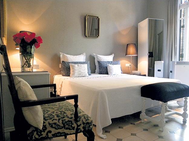 ...и спальня выполнены в лаконичном стиле