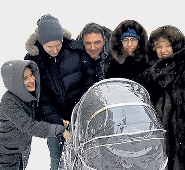 Семья Ксюши (вторая справа) на седьмом небе от счастья. Фото: Instagram.com