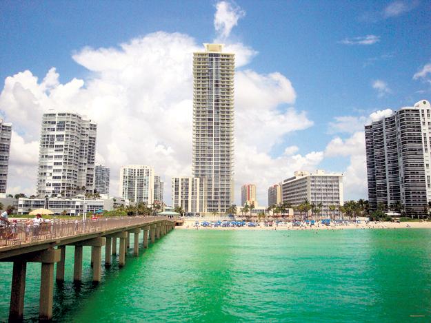 Окна двух квартир мэра в высотке жилого комплекса La Perla выходят на шикарный пляж