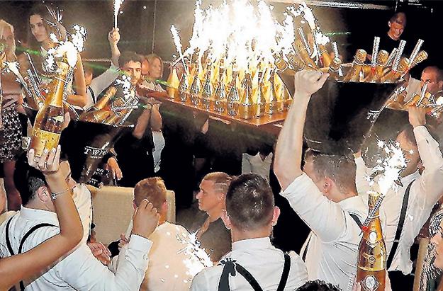...потратили за ночь в клубе только на шампанское более 250 тысяч евро. Правда, парни потом уверяли, что к гигантским счетам за выпивку, указанным в прессе, не имеют никакого отношения. Фото: Facebook.com