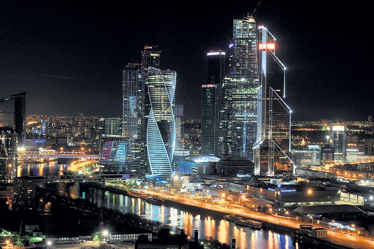 Ночной Сити завораживает разноцветными огнями. Фото Михаила ФРОЛОВА/«Комсомольская правда»