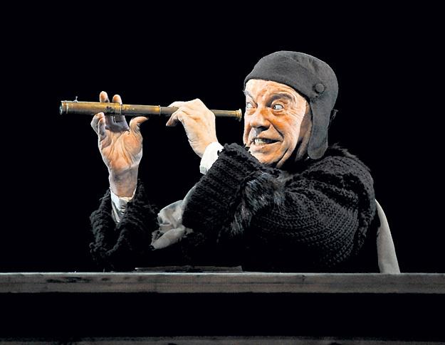 Последним спектаклем с участием Вячеслава ШАЛЕВИЧА в его родном Театре Вахтангова стала «Пристань». Там он сыграл Галилео Галилея, выезжая на сцену на специальной платформе. Из-за болезни актёр ходить уже не мог