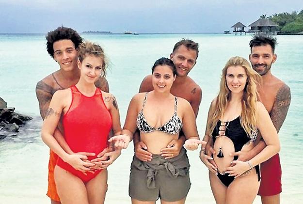 Аксель, Доменико и Мигель на Мальдивах гордо показывают «мячики» своих жён