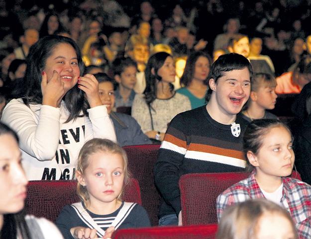 В новогодние каникулы 19-летняя дочь ХАКАМАДЫ Маша впервые отважилась выйти в свет без мамы. Вместе с бойфрендом Владом СИТДИКОВЫМ, чемпионом мира по жиму штанги среди юниоров, посетила шоу «Волшебное созвездие Disney»