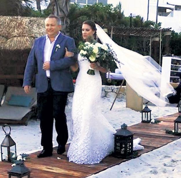 Трогательный момент: отец ведёт дочь под венец