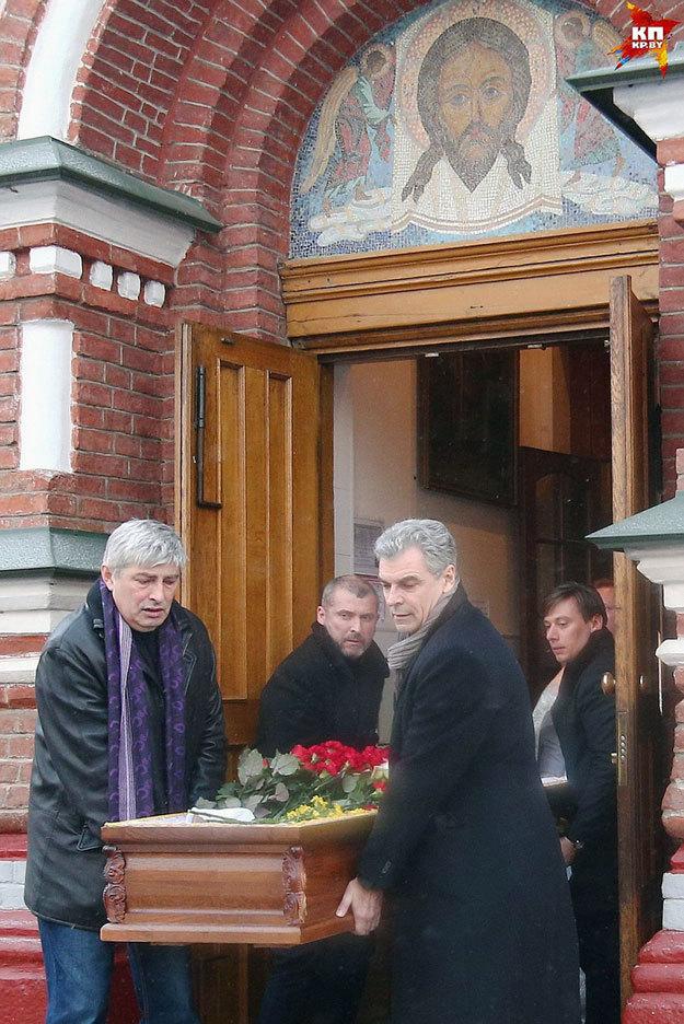 Гроб из храма выносили бывший муж Анастасии Тиханович - врач Дмитрий САЛОГУБ (справа) и певец Руслан АЛЕХНО (справа на заднем плане). Фото: <a href=