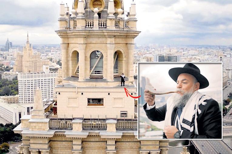 Александр БОРОДА трубит в шофар над «Белым домом», подбадривая работающих там единоверцев. Кадр: Youtube.com