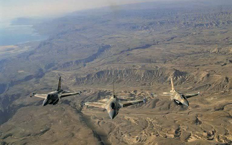 Звено истребителей F-16 крадется над скалами Ближнего Востока. Источник: masterok.livejournal.com