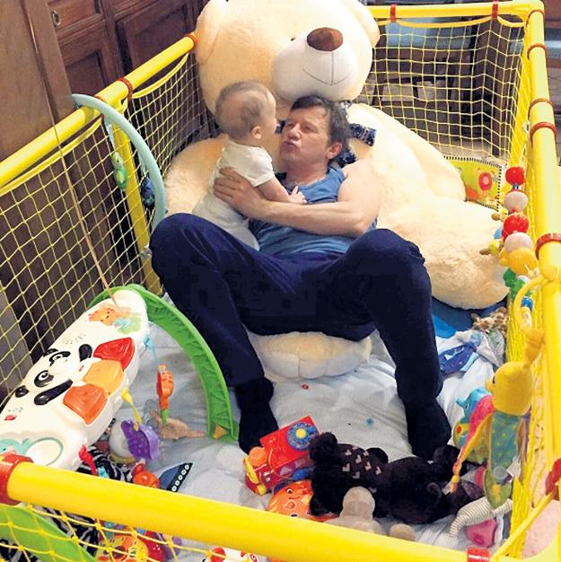 Сидеть в манеже младенцам зачастую не очень нравится. Даже в таком огромном, как у Максимки, сына актёра и режиссёра Олега ФОМИНА. Фото: Instagram.com