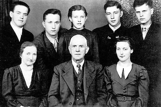 ЛАНГТАЛЕРЫ (сидят слева Мария и Йоган), их дети и спасённые русские: во втором ряду крайний слева - Михаил РЫБЧИНСКИЙ, справа - Николай ЦЕМКАЛО