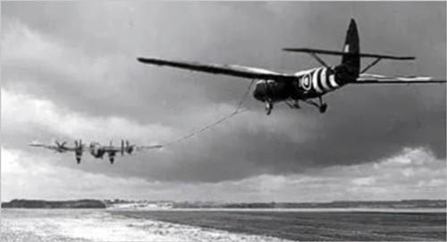 Бомбардировщик «Галифакс» буксирует десантный планер. Источник: savebest.ru