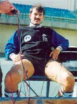 СТАНИСЛАВ ЧЕРЧЕСОВ В ФОРМЕ АВСТРИЙСКОГО &#034ТИРОЛЯ&#034: вратарь сидит, а мышцы его ног работают