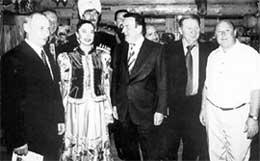 """ХОЗЯИН РЕСТОРАНА """"ПОДВОРЬЕ"""" СЕРГЕЙ ГУТЦАЙТ (СПРАВА): приглашает к столу высоких гостей - Путина, Шредера и Кучму"""
