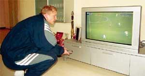 ТРАВМИРОВАННЫЙ БОМБАРДИР: после сотрясения мозга пока довольствуется футболом по телевизору