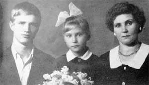 ДИМА, ЕГО СЕСТРА ГАЛЯ И МАМА: кто же знал, что ожидает дружную семью (фото из домашнего альбома)