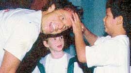 АКТЕР С СЫНОВЬЯМИ: слева - Педро, справа - Диого