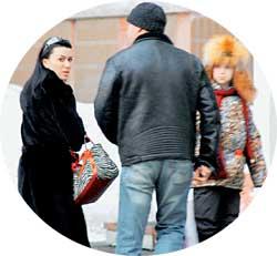 У РОДНОГО ПОДЪЕЗДА: Дмитрий привез домой любимых дочь и супругу