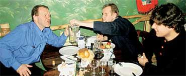 ПЬЯНИЦЫ: Александр Боровиков, Владимир Казаков и Игорь Петров болтают разную чушь