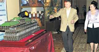 ЛАРЕЦ В ВИДЕ МАКЕТА БОЛЬШОГО КРЕМЛЕВСКОГО ДВОРЦА: полезный подарок со сдвигающейся крышкой для хранения ценных бумаг привлек внимание Владимира Вольфовича и его супруги